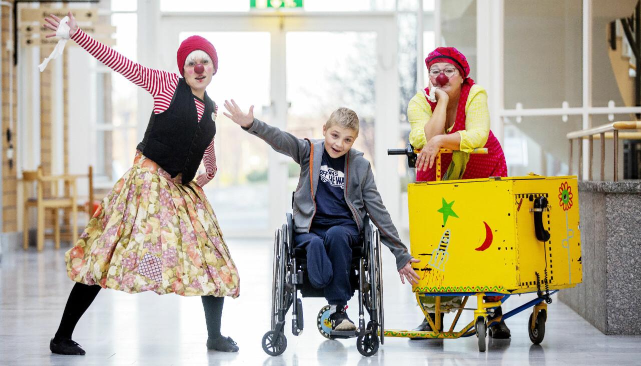 Marianne och Nettan som sjukhusclownerna Sally och Siri tillsammans med ett barn.