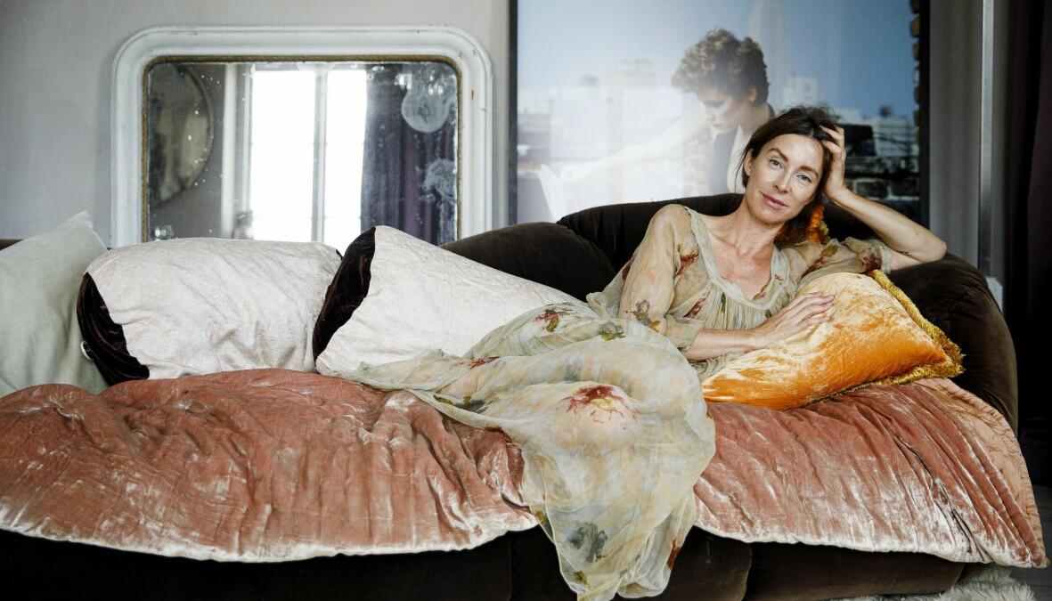 Tv-inredaren Marie Olsson-Nylander ligger i en säng och berättar om sin kamp mot bröstcancer.