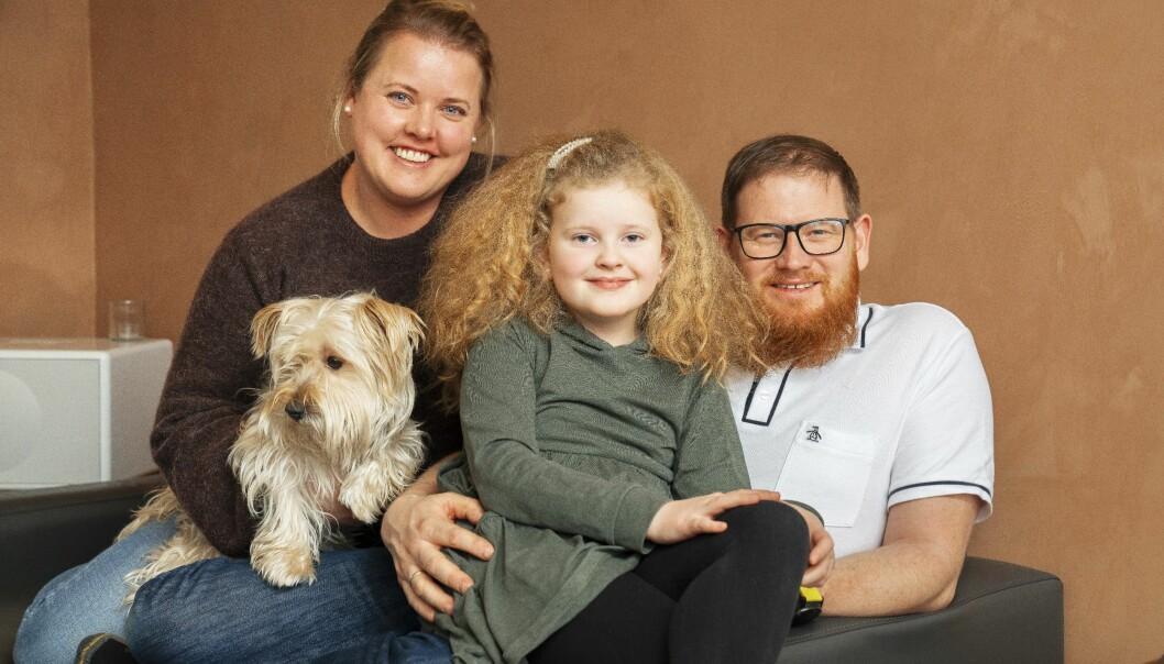 Marte 9 år som fick cancer, här med sina föräldrar och hunden Gunnar.