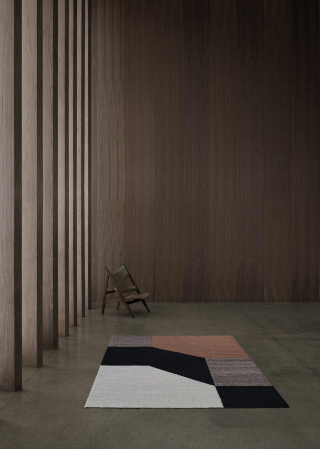 Matta med grafiskt mönster i jordiga toner från Linie design