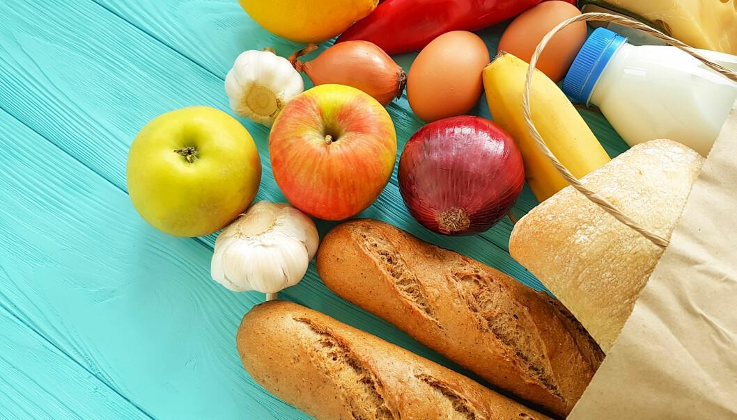 Matvaror på en blå bänk.