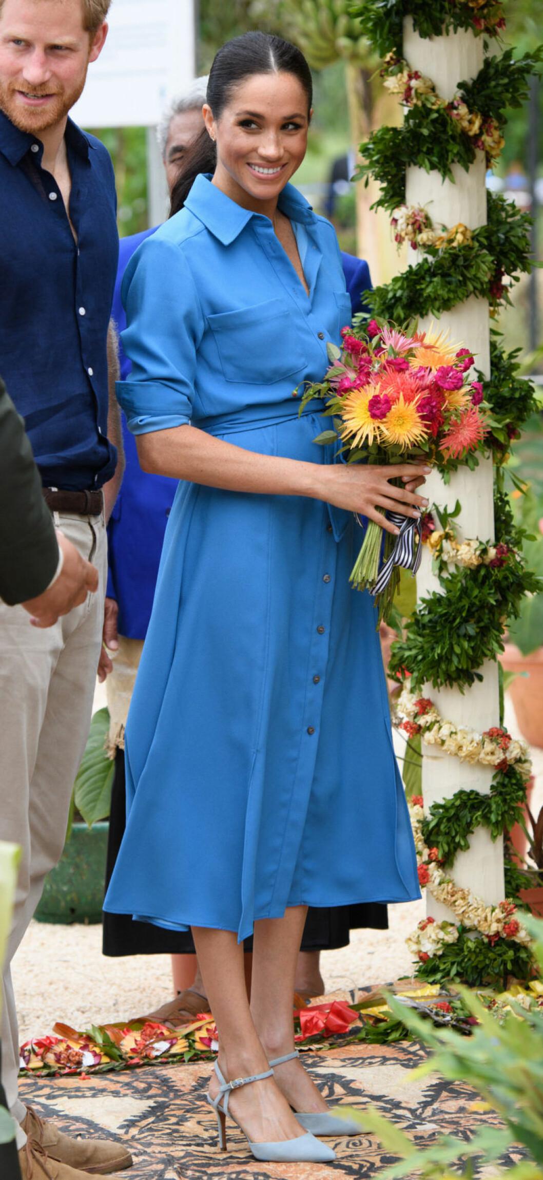 Meghan Markle i en blå klänning från Veronica Beard.