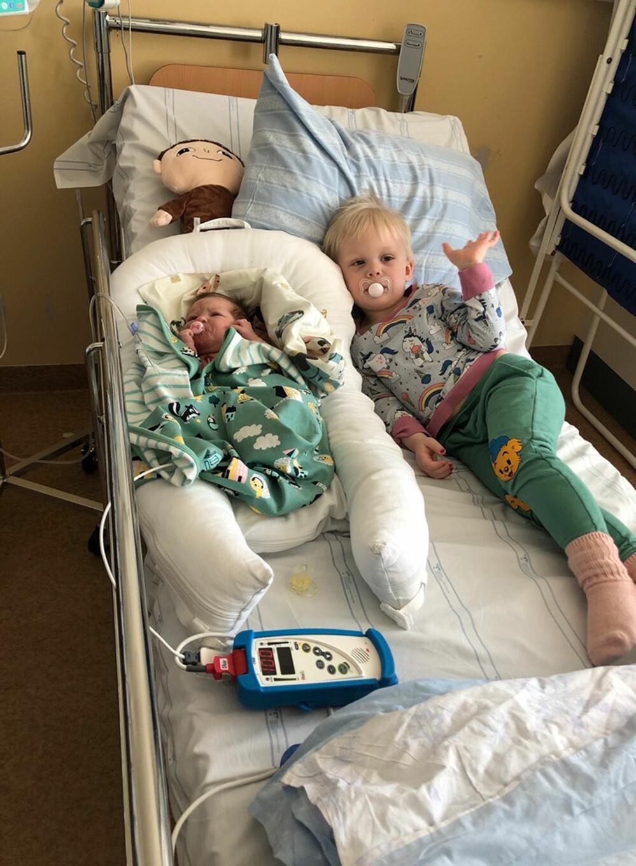 Melvin Ström tillsammans med lillasyster Alice Ström på sjukhuset.