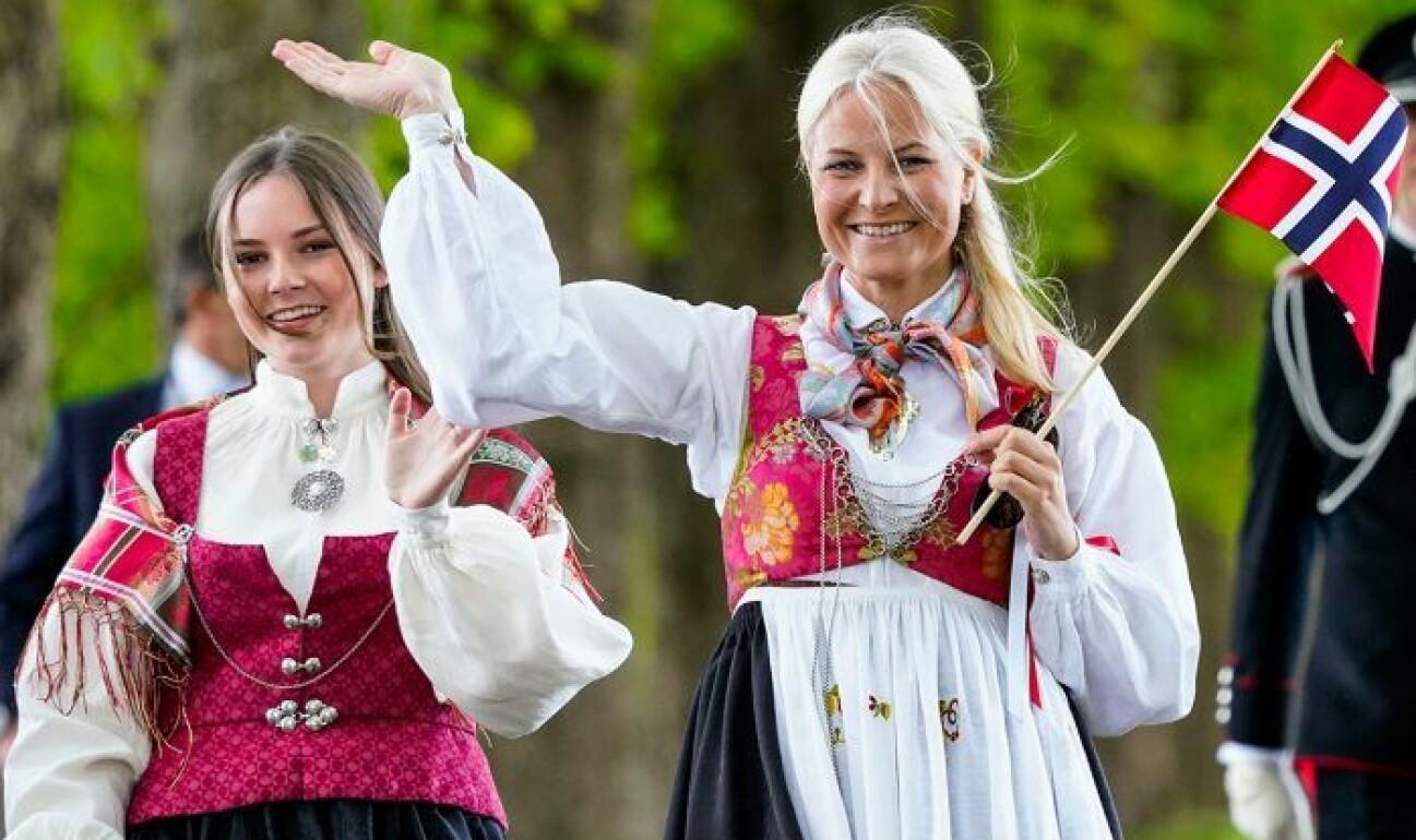 Mette-Marit på bild under 17:e majfirandet i Norge blev en snackis.