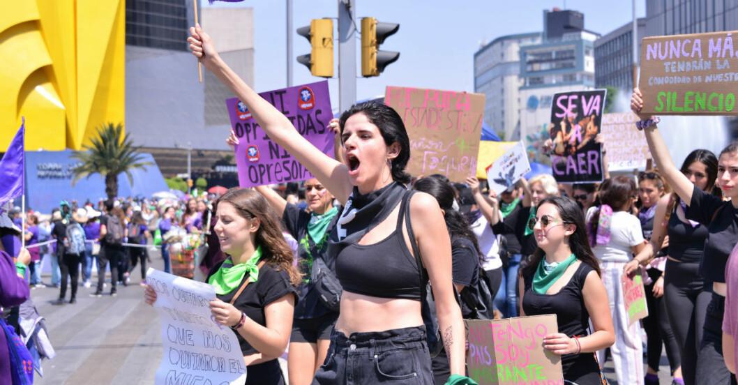 Kvinnor i Mexiko protesterar mot våldet.