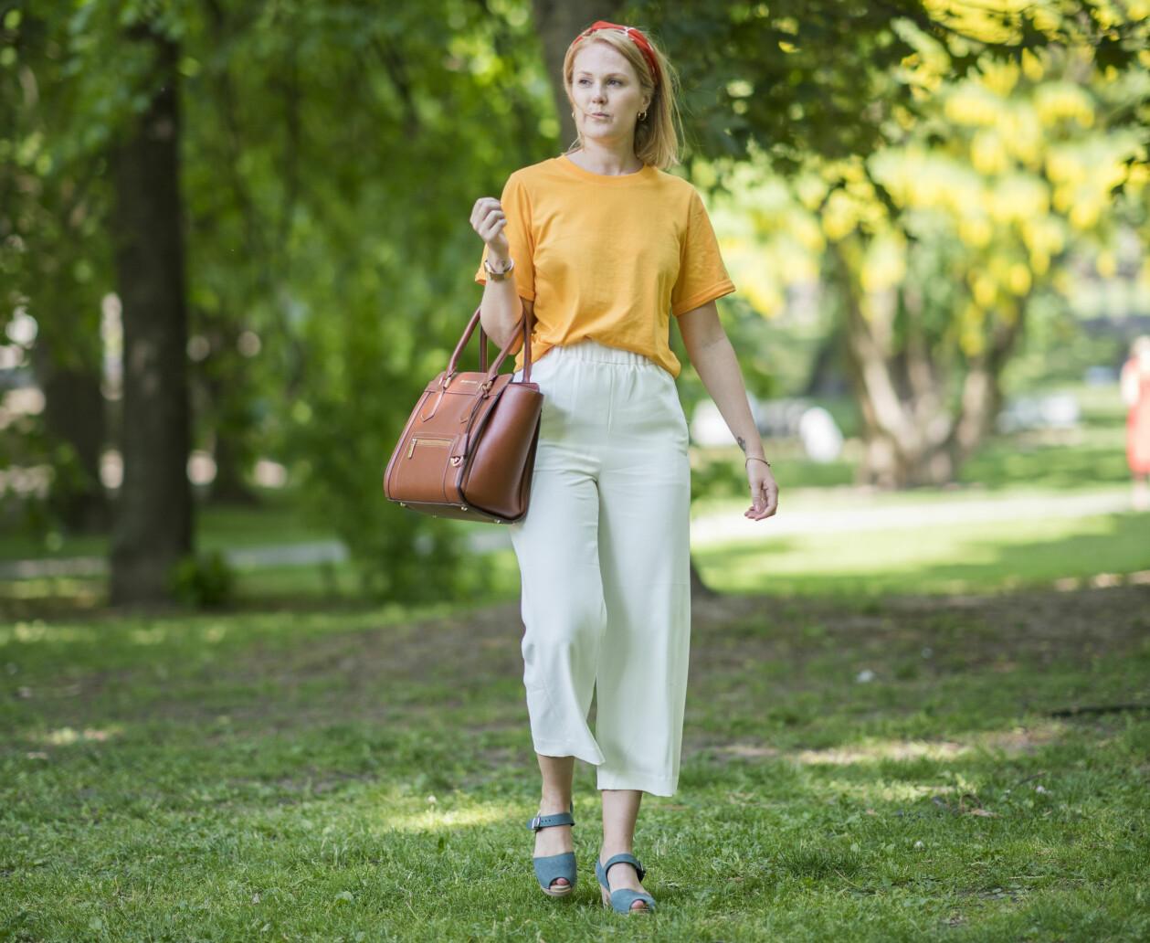 Mia Rosengren som levde i en destruktiv relation vandrar i en park.