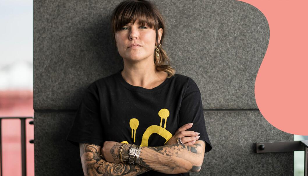 Porträtt av Mia Skäringer med armarna i kors.