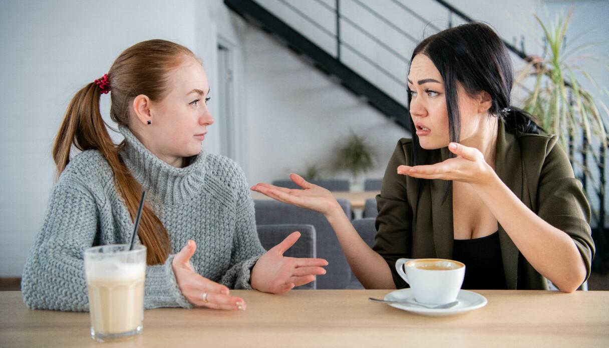 Mikroaggressioner kan komma från vänner och bekanta, chefer och främlingar.