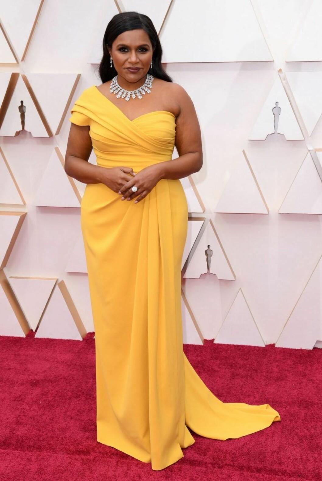 Mindy Kaling i gul klänning på röda mattan