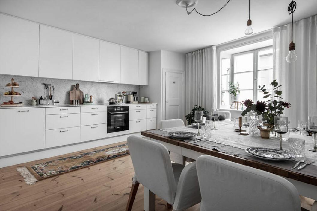 Modern kök i vitt och marmor i minihus på Södermalm