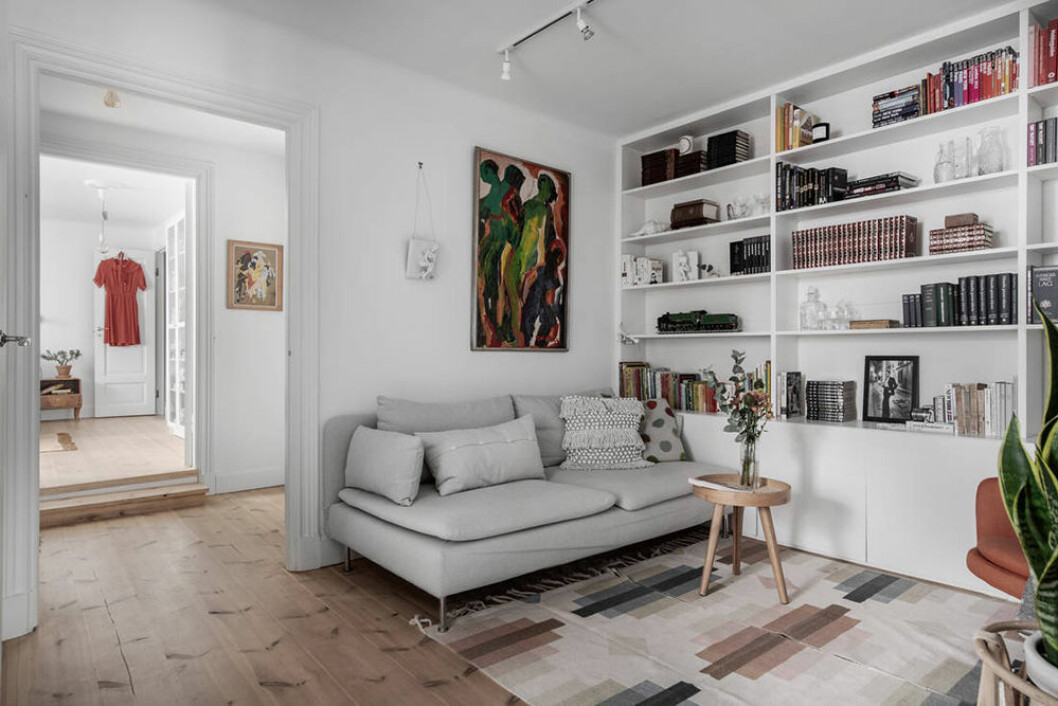 Platsbyggd bokhylla i gårdshus på Södermalm