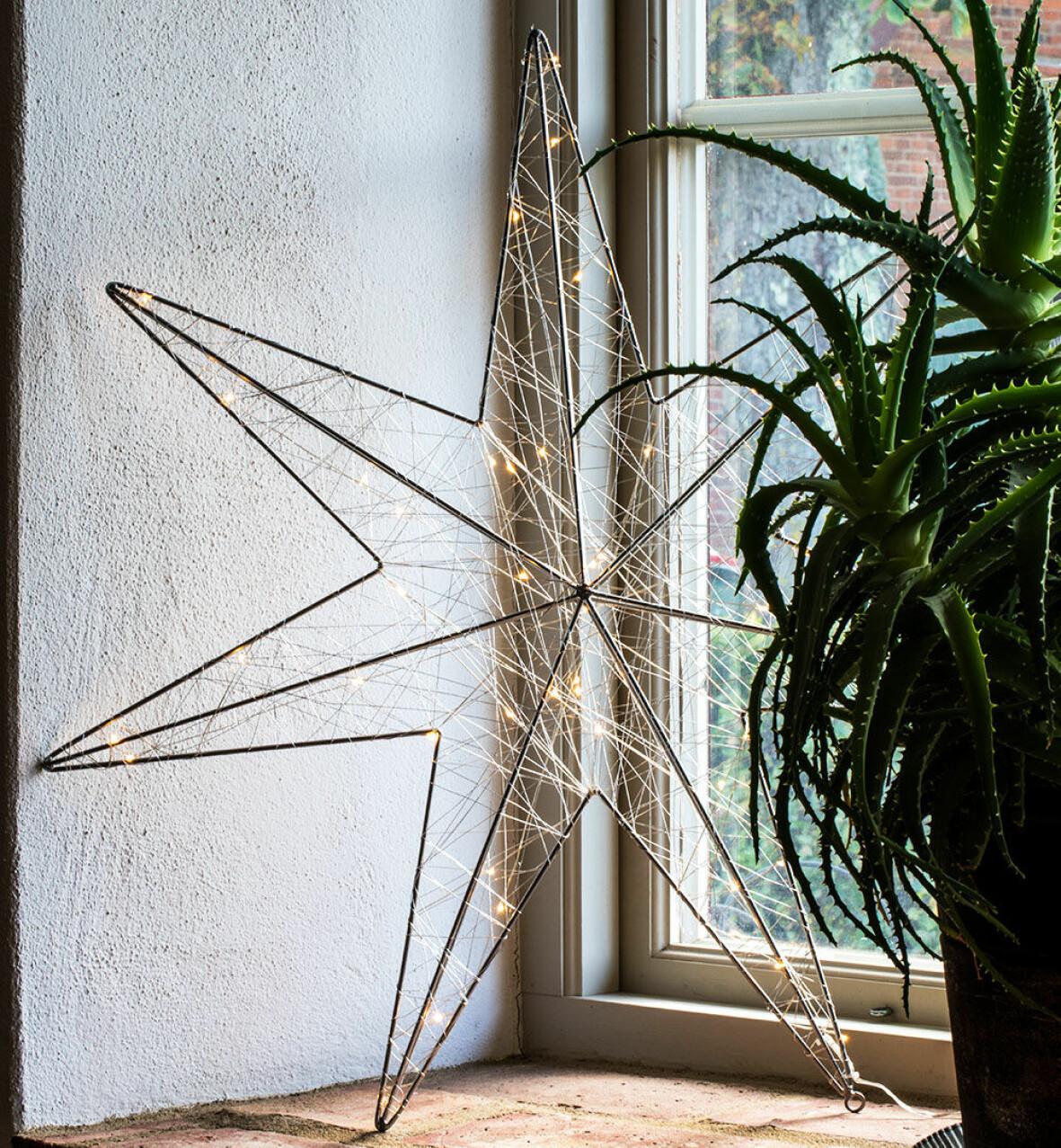 Modern adventsstjärna med LED-ljus.