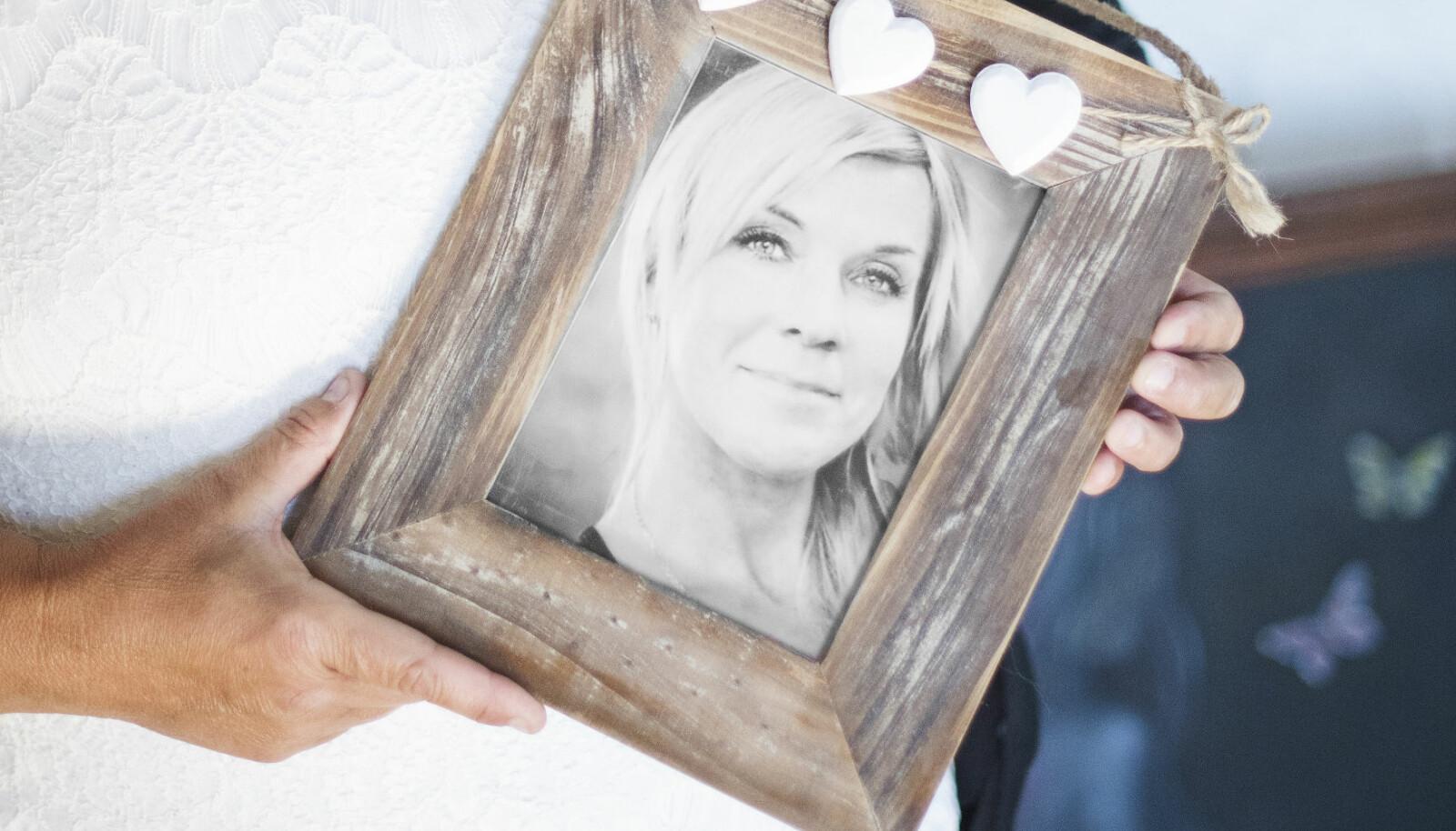 Camilla Rudholm håller upp en bild på sin mördade syster Lotta Rudholm.