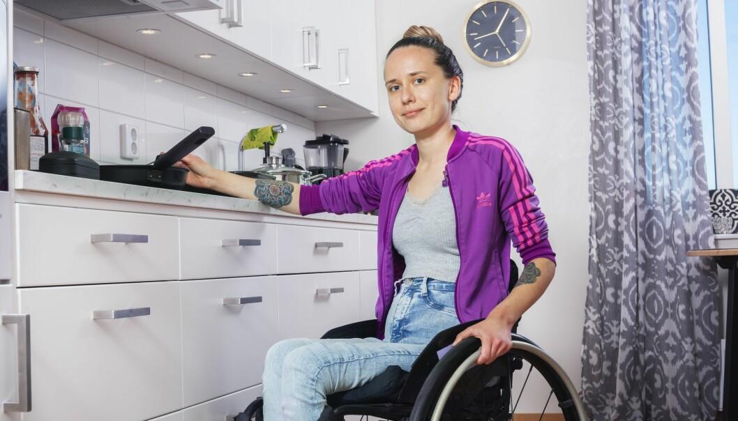 My Andersson sitter i rullstol. Här framför sin köksbänk för att laga mat i sin nya lägenhet.