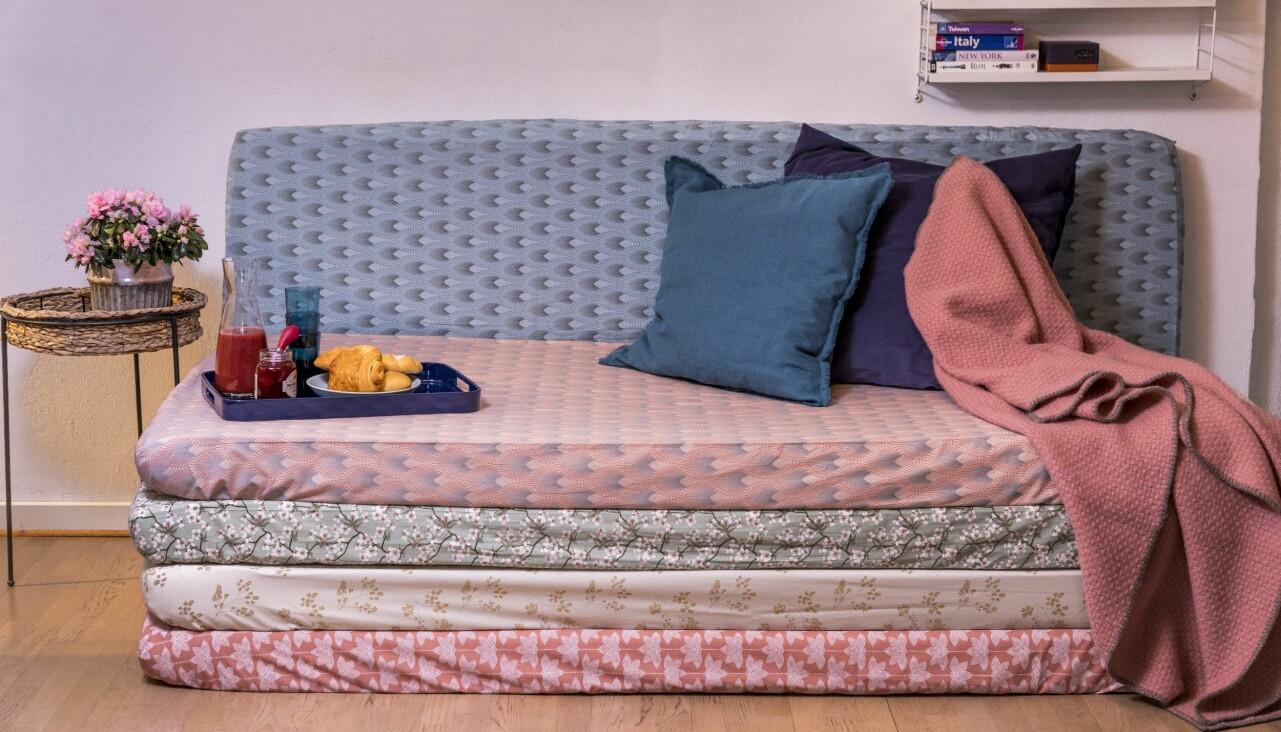 Mysig soffhörna gjord av madrasser klädda i hemgjorda dra på-lakan.