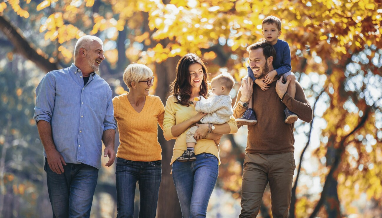 Personer i olika åldrar på promenad, kanske lider någon av dem av näringsbrist.