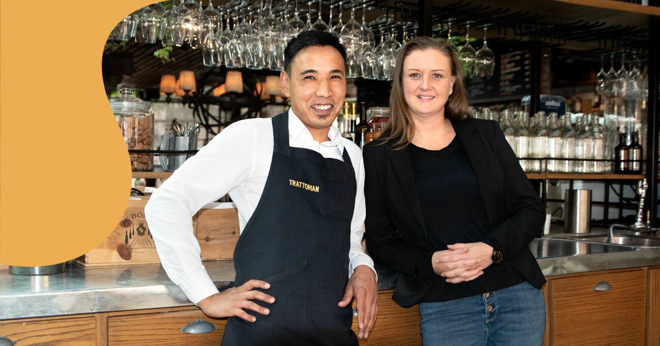 Nas Hosseini och Anna Karlsson Asperén står framför baren inne på restaurang Trattorian i Stockholm.