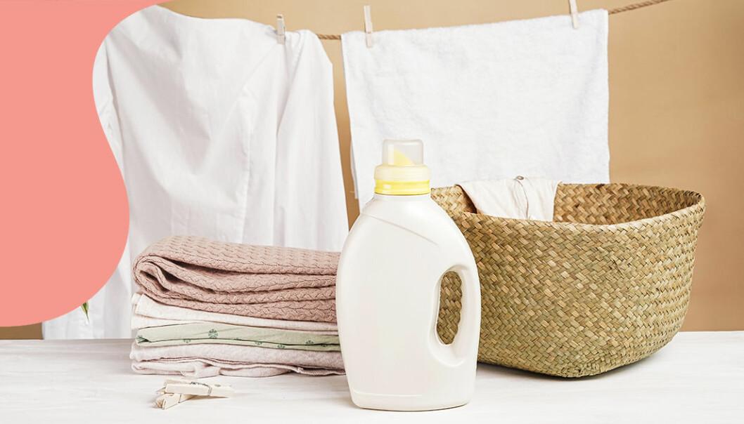 Ren tvätt och sköljmedel på en bänk.