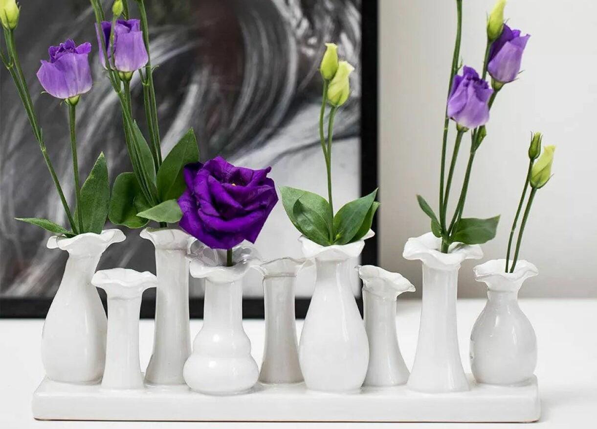 Nio små matchande vaser.