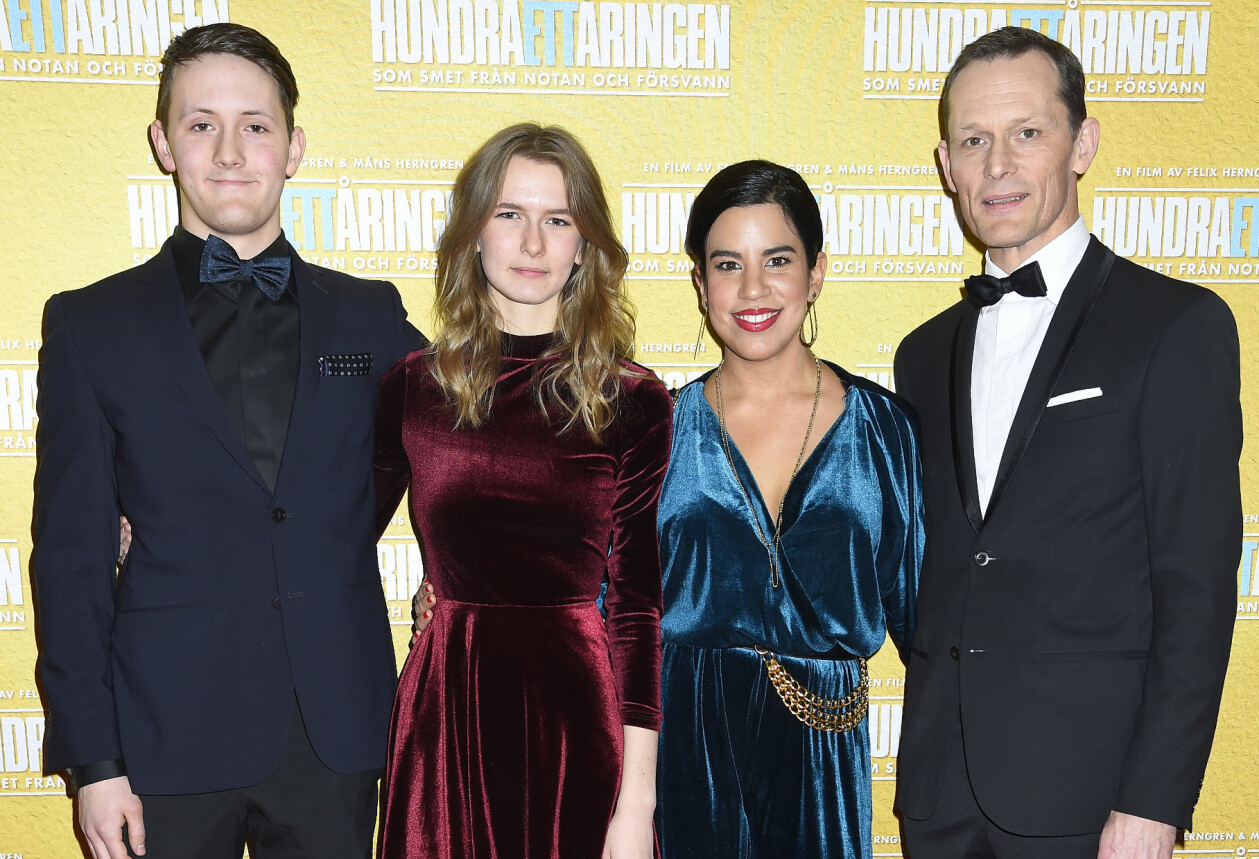 Noa Månfare Herngren och Saga Herngren tillsammans med pappa Måns Herngren och hans fru Katalin Herngren Bachry på filmpremiär 2016.