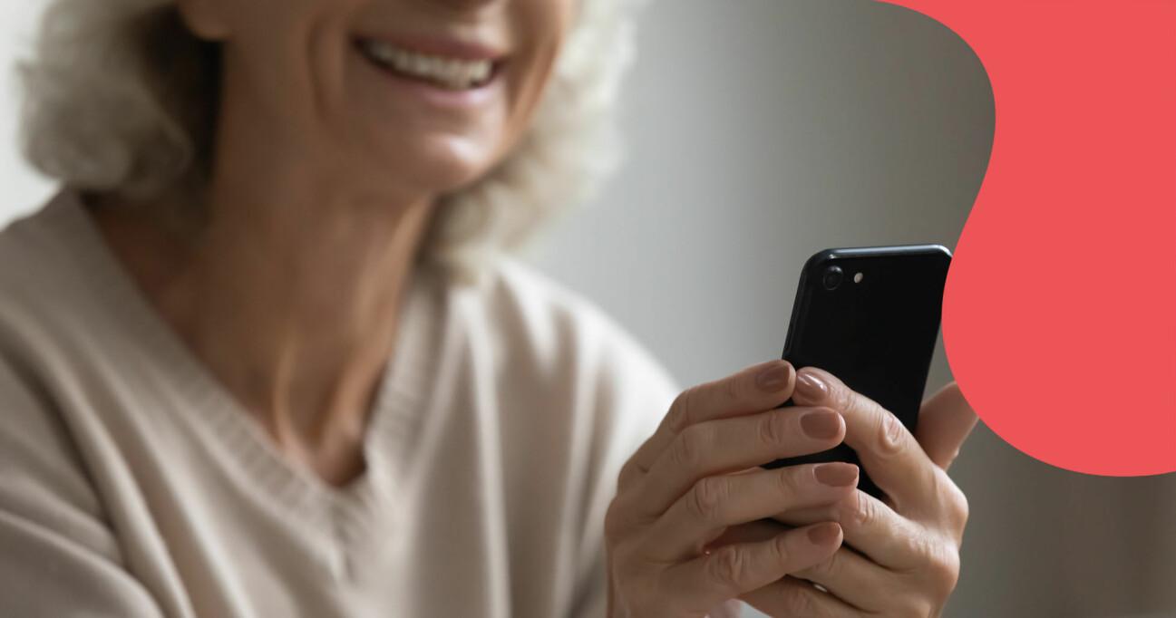 Kvinna med mobiltelefon.