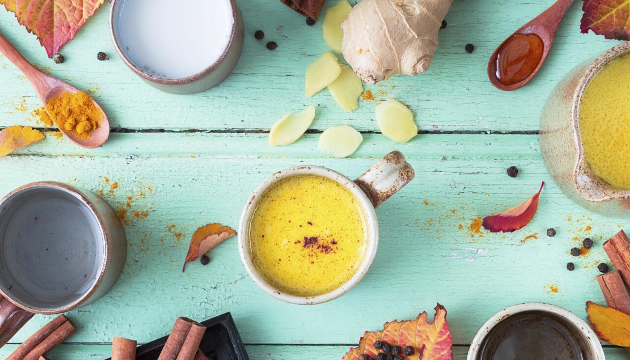 Nyttiga kryddor blandas till drycken golden milk.