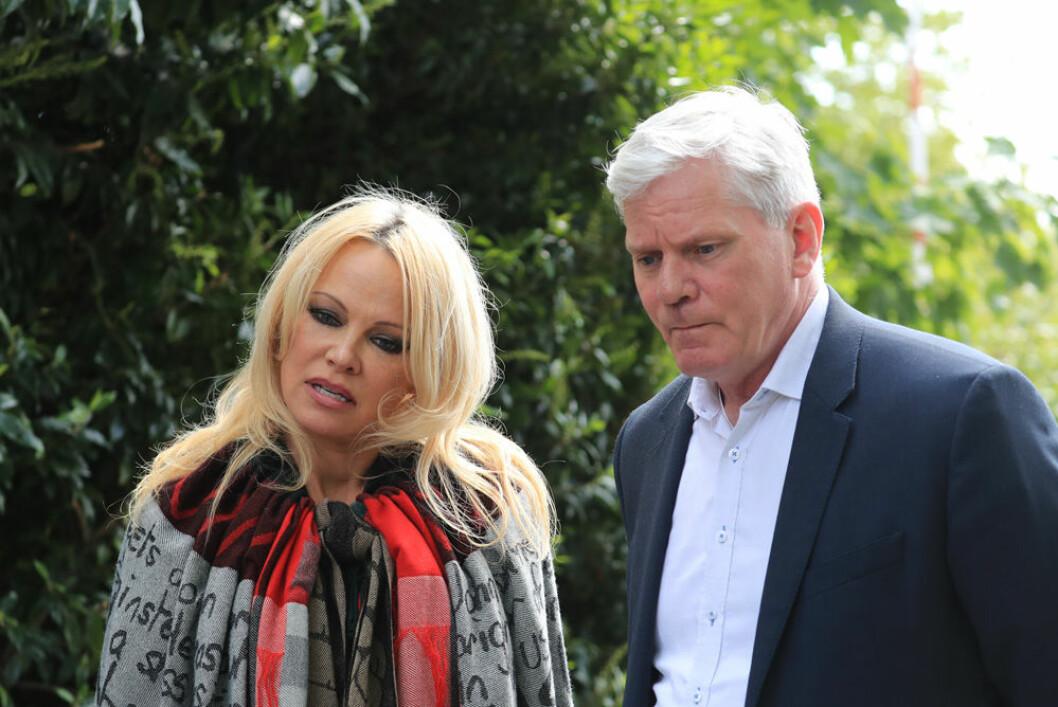 Pamela Anderson tillsammans med en av Wikileaks-grundarna när de besökte Assange i fängelset.