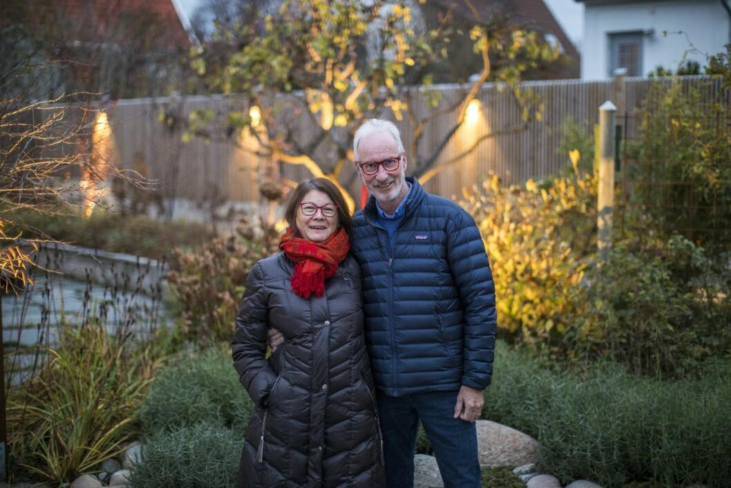 Per Lindström och Britt-Marie Winbo i sin trädgård med magisk trädgårdsbelysning.