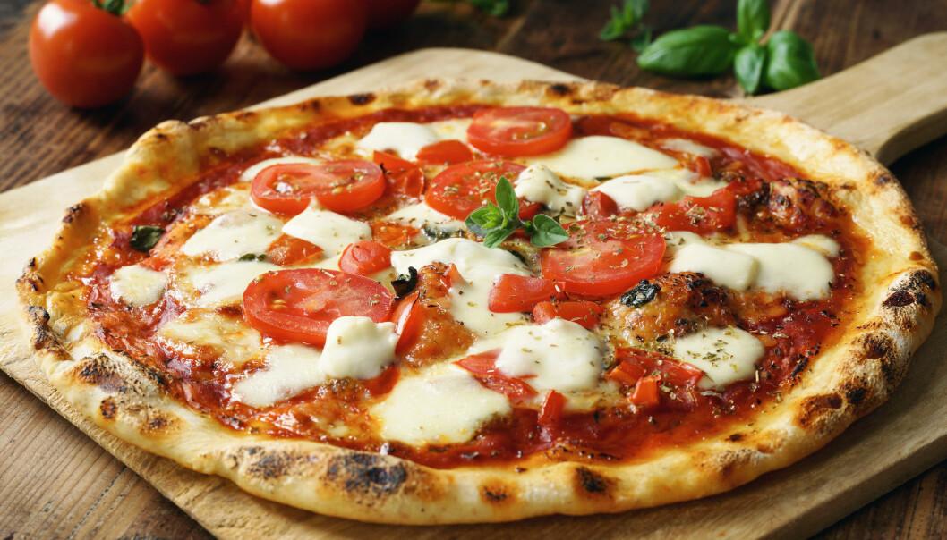 Hemlagad pizza med mozzarella och tomater.
