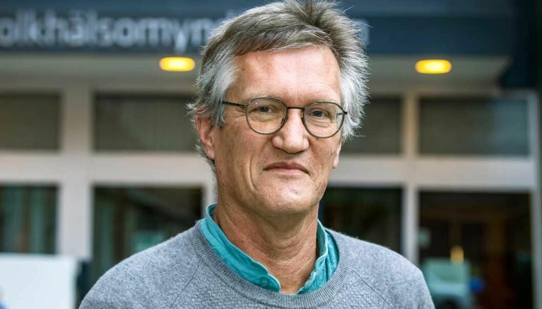 Porträtt av Anders Tegnell utanför Folkhälsomyndigheten.