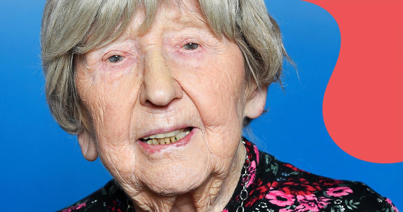Porträtt av Dagny Carlsson mot blå bakgrund.