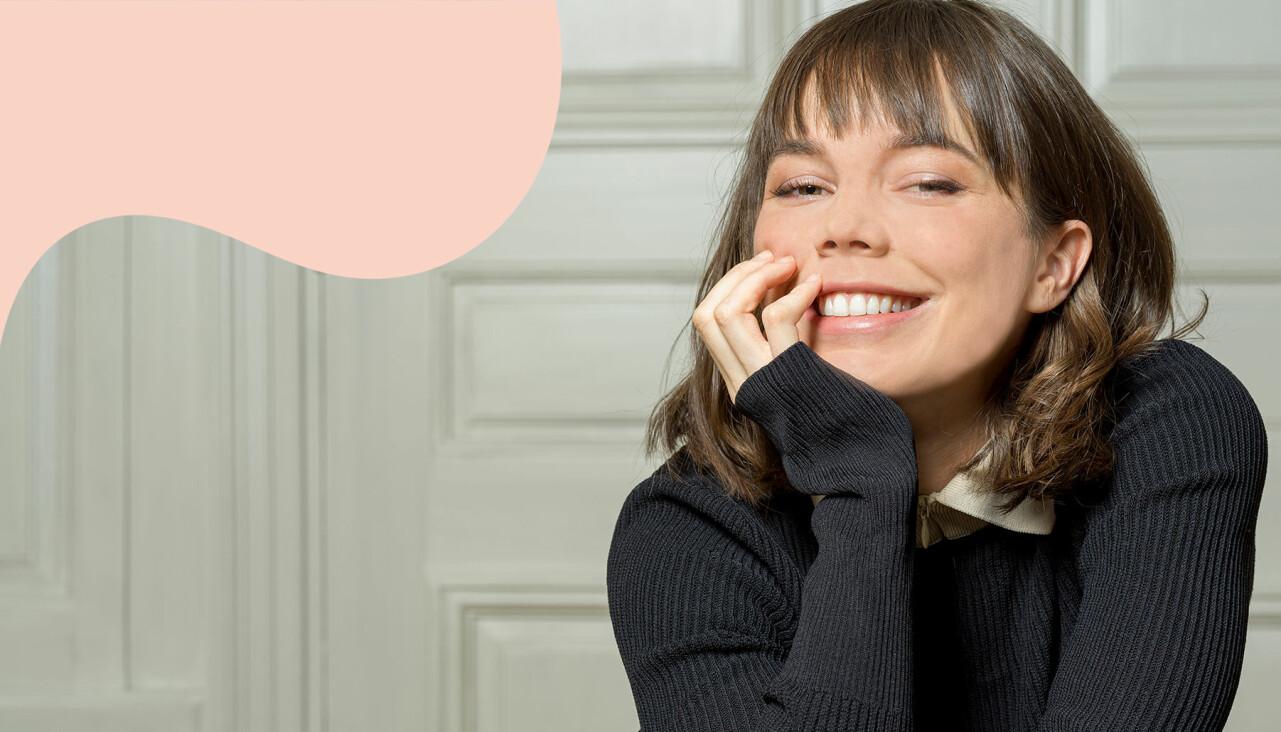 Porträtt av en leende Hedda Stiernstedt som berättar om rollerna efter Vår tid är nu.