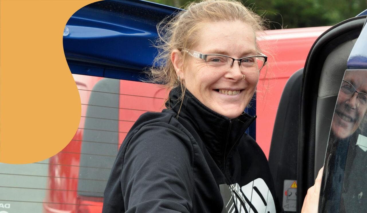 Porträtt av Jessica, som berättar om livet som tidigare missbrukare, framför sin bil.