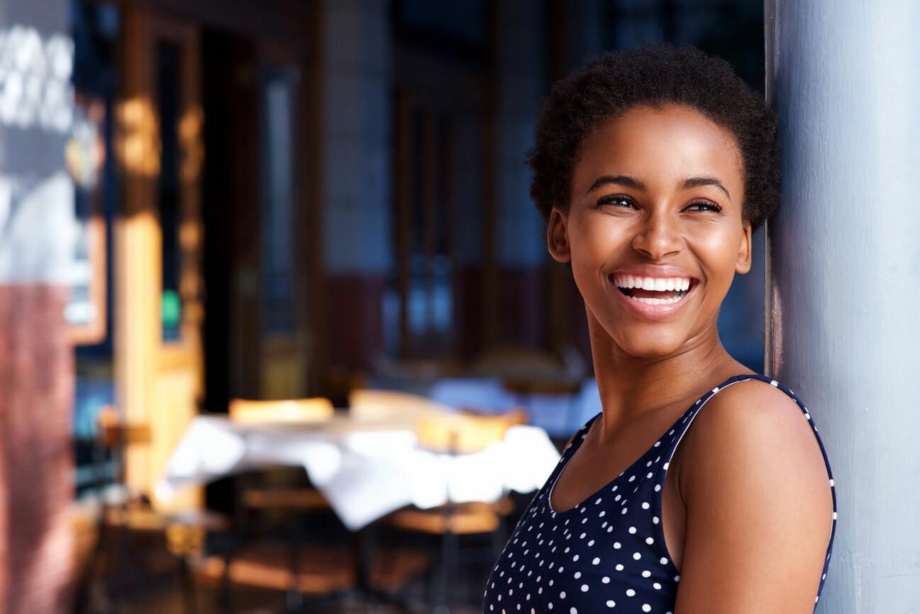 Porträtt av leende kvinna.