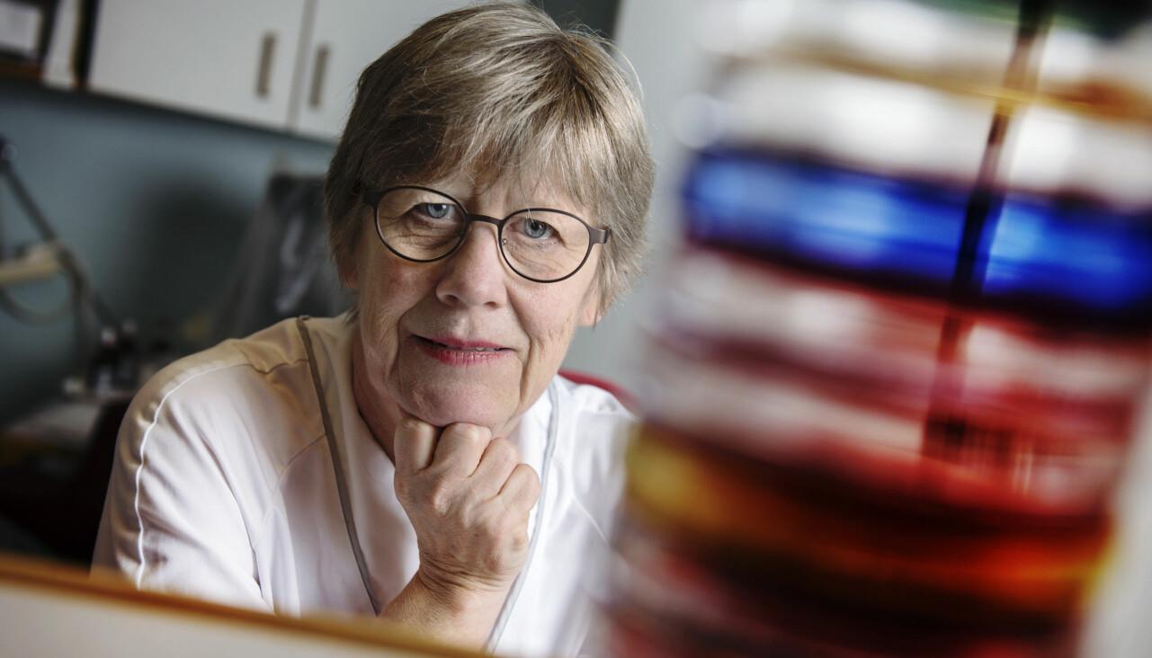 Porträtt av professorn Agnes Wold som berättar om sin syn på hur vi alla måste hjälpas åt för att stoppa spridningen av coronaviruset.