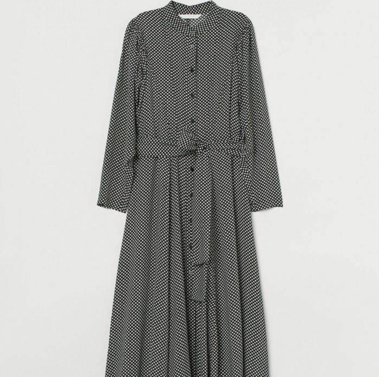 Prickig klänning med band i midjan.