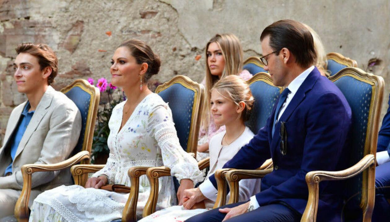 Prinsessan Estelle med sina föräldrar.