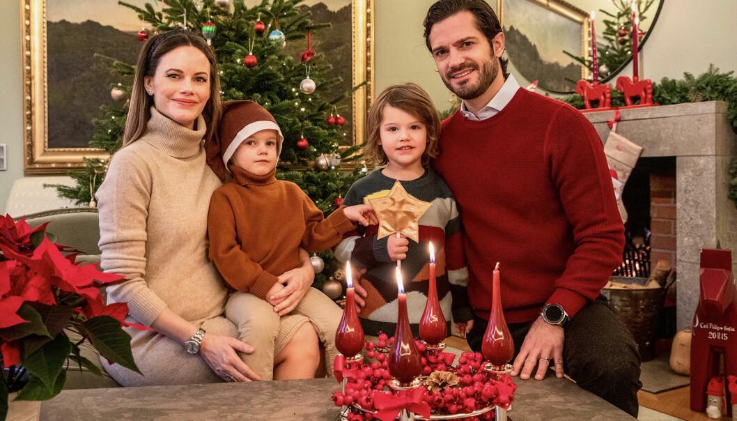 Pris Carl Philip med familj hemma i soffan med julgran.