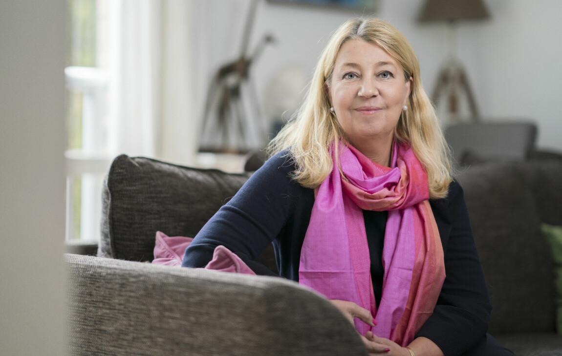 Privatekonom Annika Creutzer sitter i en soffa och berättar om ekonomiskt våld.