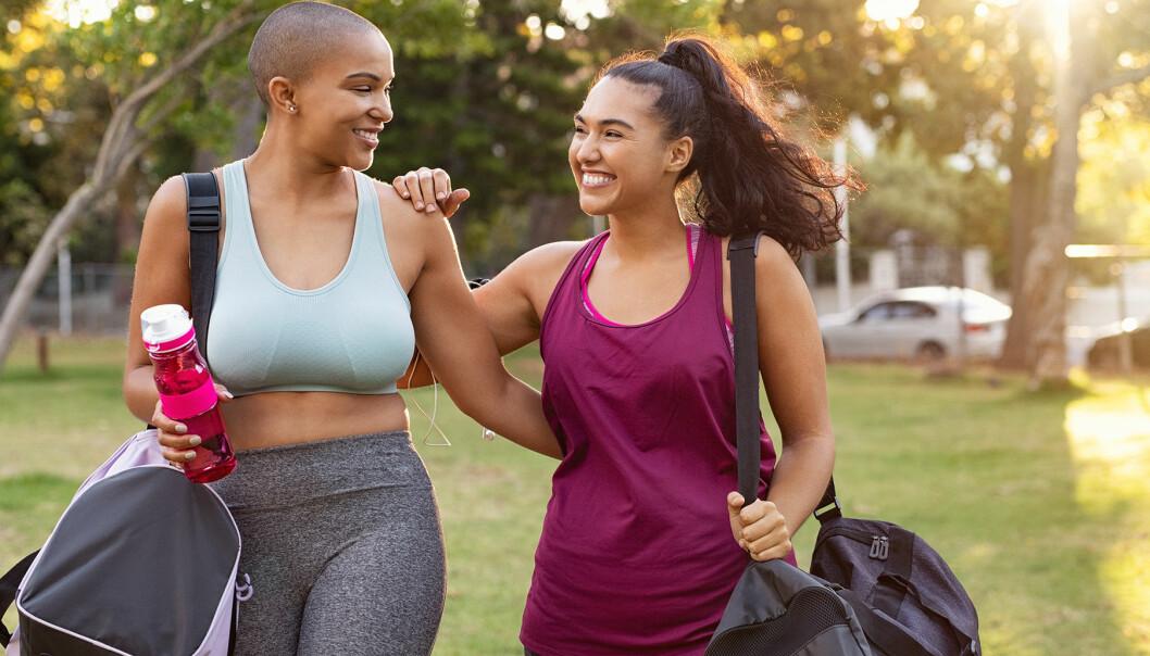 Två glada kvinnor tar en promenad