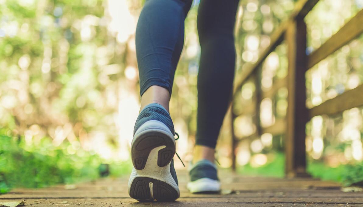 Kvinna i joggingskor är ute och promenerar.
