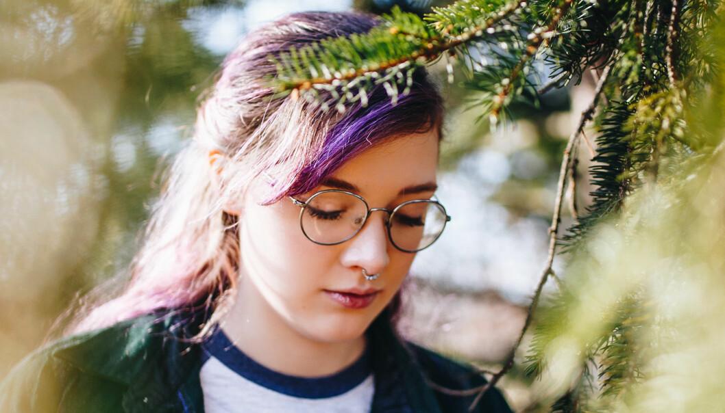 Ledsen tonåring tittar ner i marken