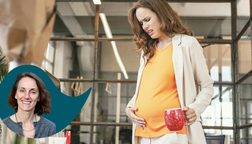 Kvinna med foglossning håller sig för magen
