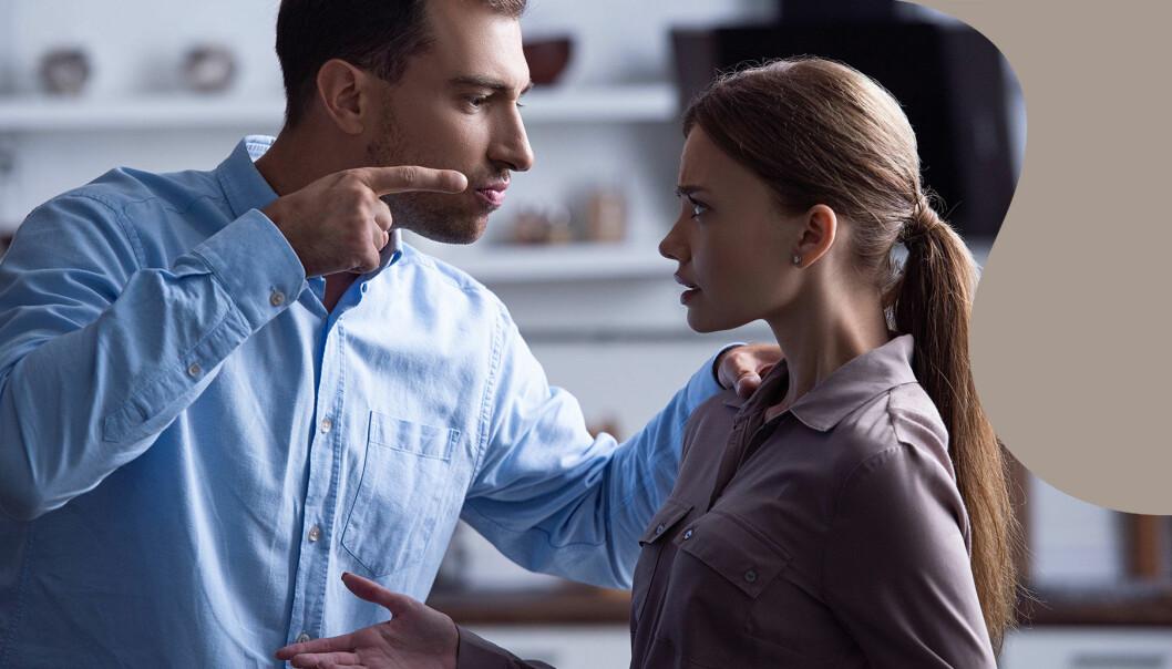 En man pekat pa en kvinna och talar om hur hon ska vara.