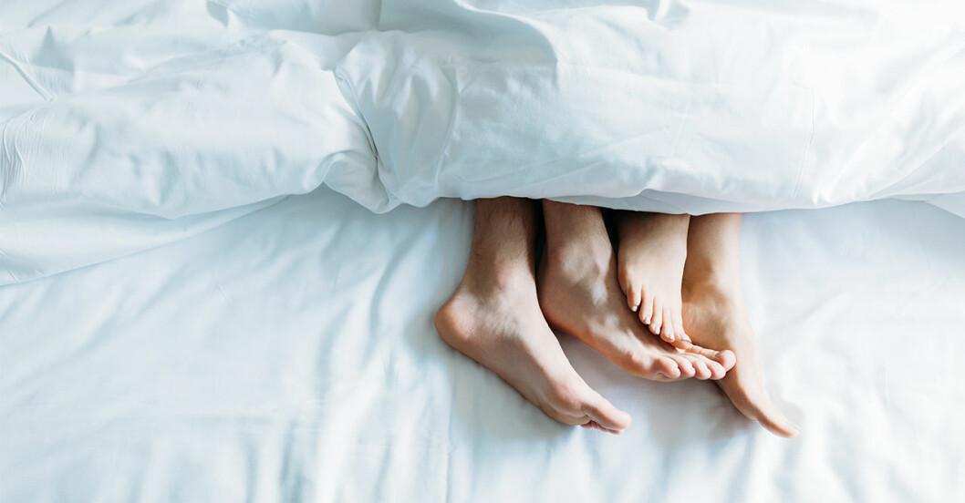 Par ligger i sängen och myser