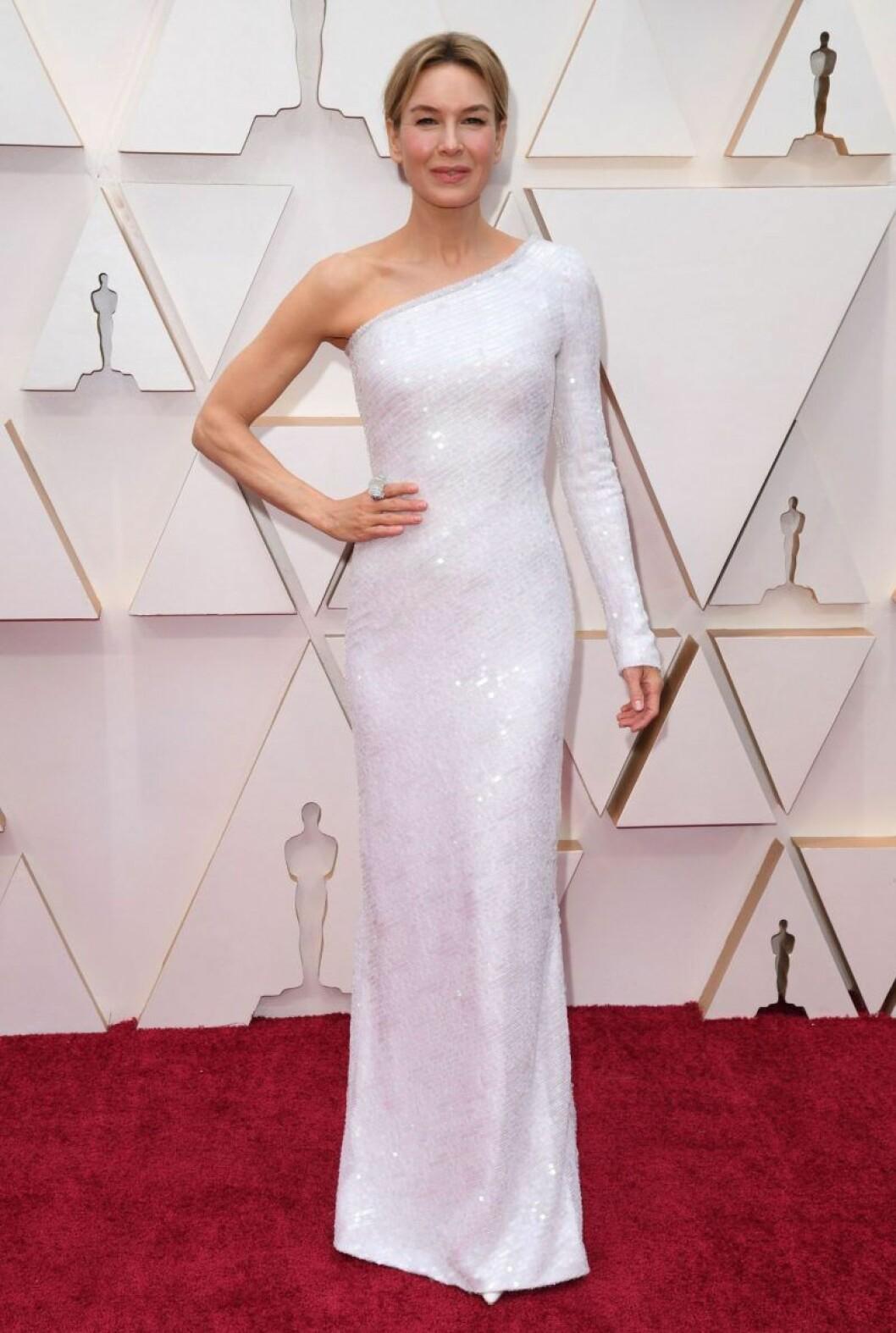 Renée Zellweger i vit klänning på röda mattan
