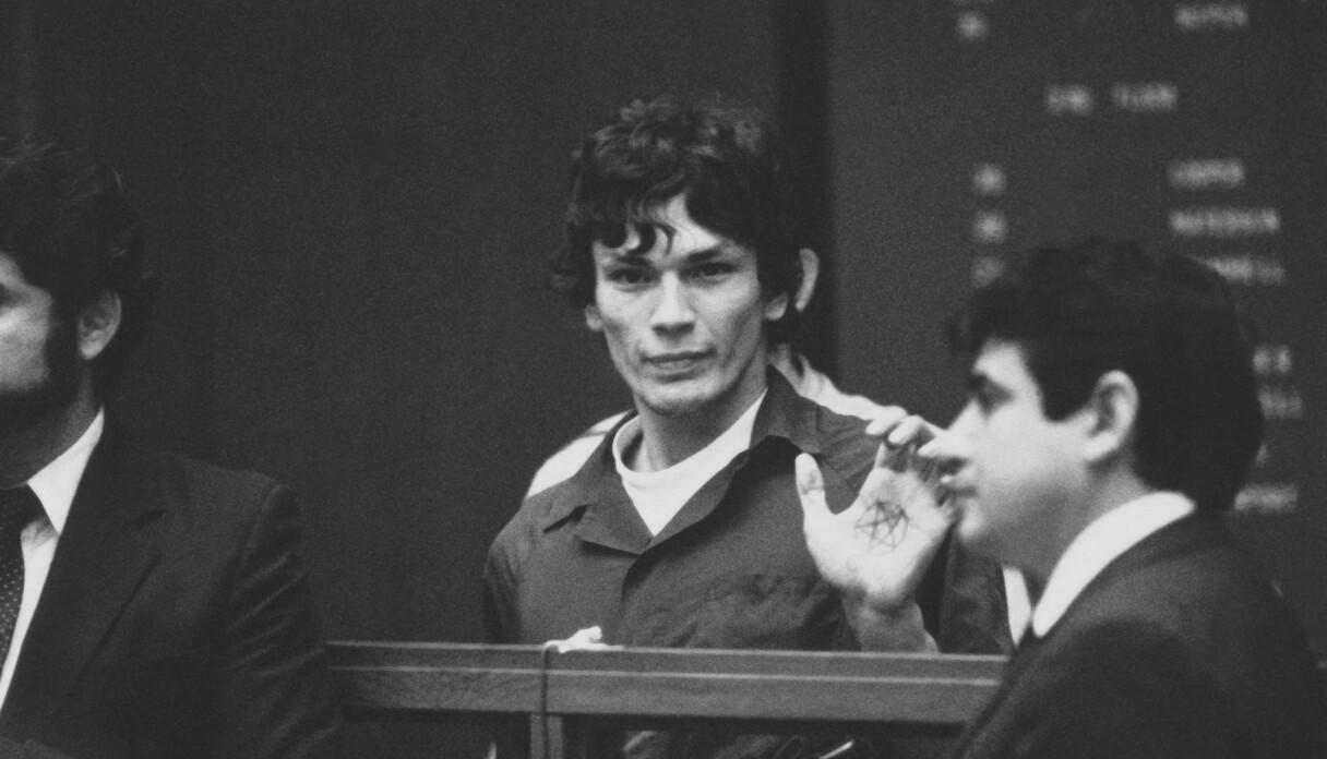 Richard Ramirez, alias Night Stalker, visar i domstolen upp ett pentagram i sin handflata.