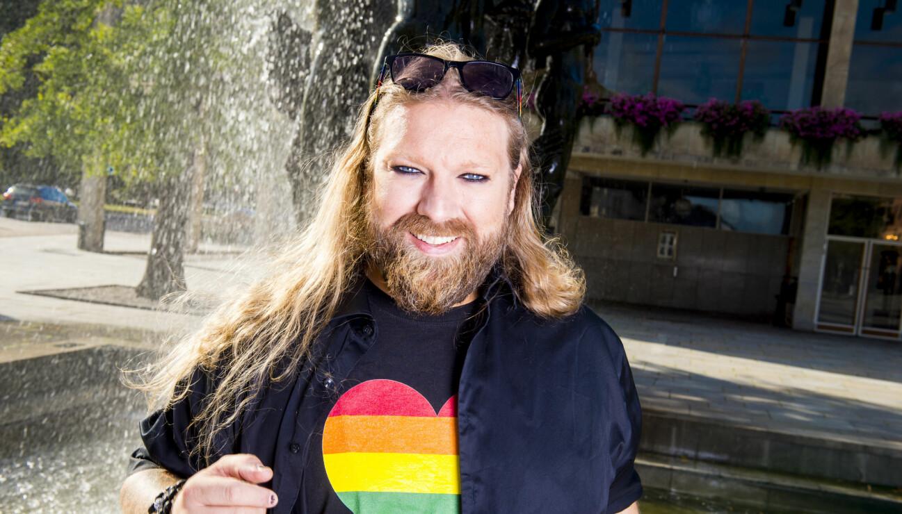 Rickard Söderberg i en pride-tröja.