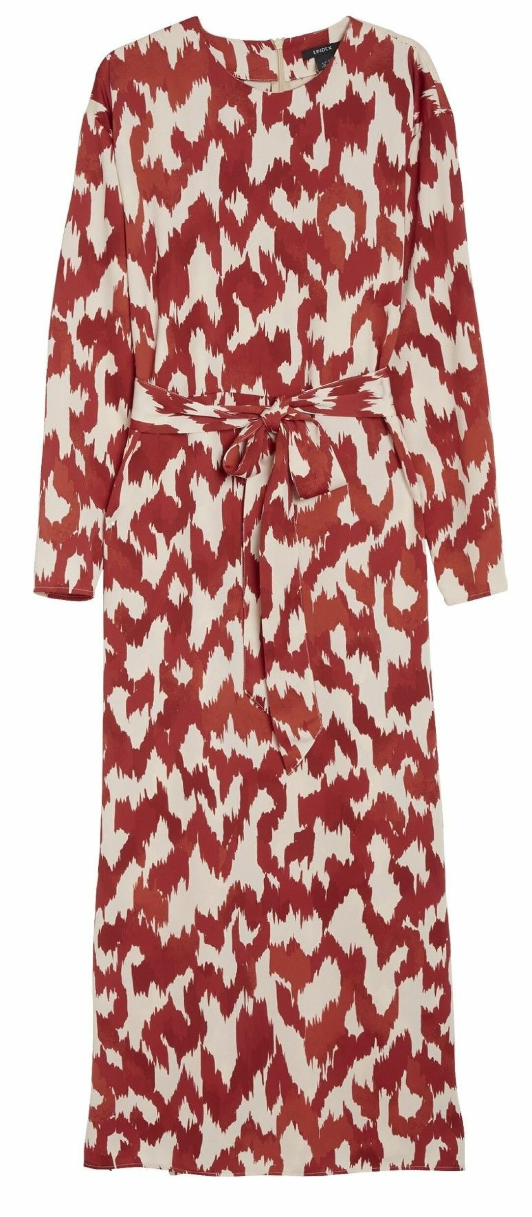 Röd och vit klänning med band i midjan.