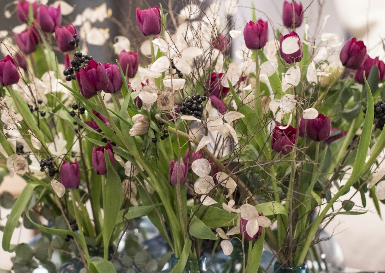 Röda hösttulpaner, prasslande judaspenning, eukalyptusblad och anemoner.